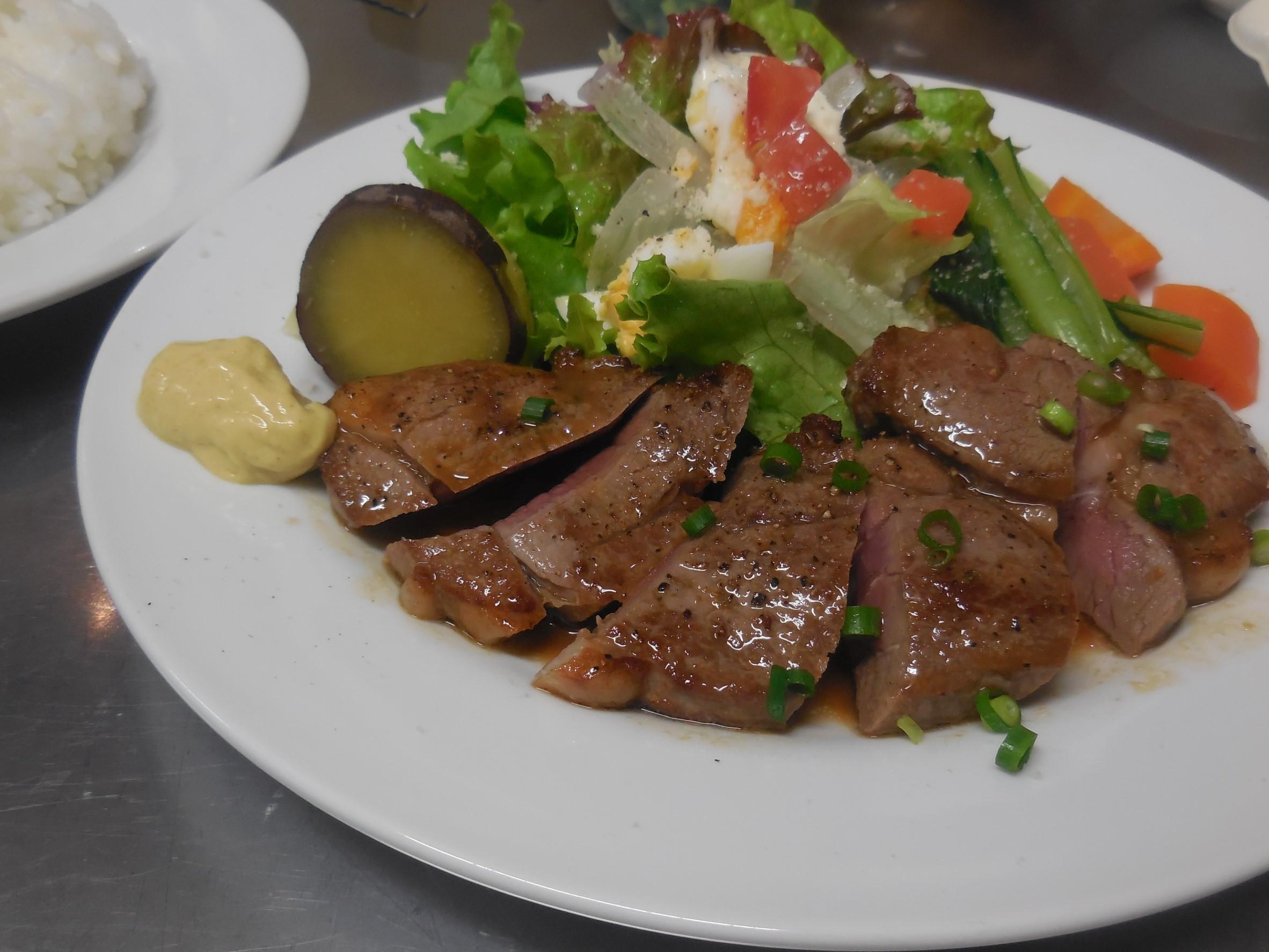 ラム肉のサイコロステーキ(スープ、パン又はライス付き)